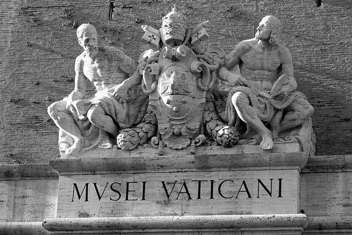 Скульптурная композиция над входом в музеи Ватикана